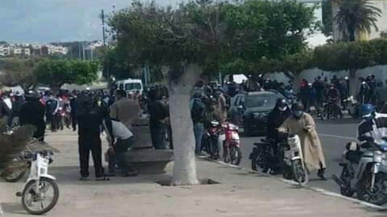 . البحارة ينظمون وقفة احتجاجية للمطالبة بتعويضاتهم في ظل حالة الطوارئ