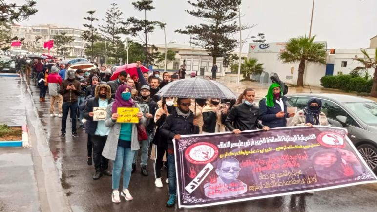 مديرية الصويرة : صعوبة المناخ لم تمنع الأساتذة الذين فرض عليهم التعاقد من الاحتجاج.