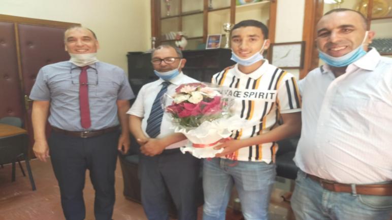التلميذ هداية الله اللويزي يتوج من طرف المدير الإقليمي بأسفي السيد محمد زمهار.