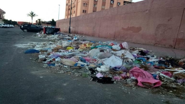 بالصور: أزقة وشوارع بمراكش تغرق في الأزبال أمام أعين الجميع