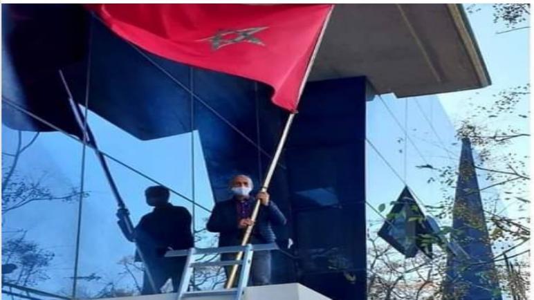 عصابات المرتزقة ينزعون العلم المغربي من أعلى القنصلية المغربية بفالانسيا أمام أعين الشرطة الإسبانية
